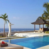 Swimming pool overlooking the beautiful sea of Bali.