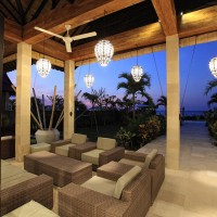 In the lounge area you can enjoy a drink while admiring the view over the Bali sea.
