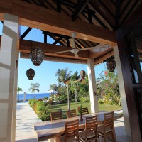 On the covered terrace of the holiday in Bali you can enjoy your lunch.