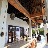 The covered terrace of the holiday villa in Bali is equipped with fans.