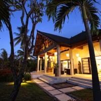 At night de villa in Bali is beautifully lit.