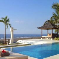 Swimming pool overlooking the beautiful sea of Bali.